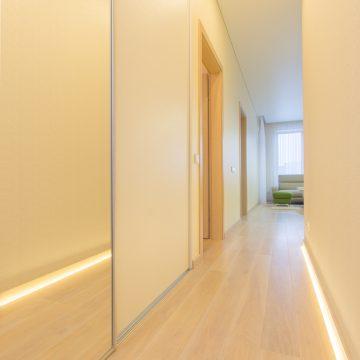 Nuo judesio užsidegantis, grindyse įmontuotas, koridoriaus apšvietimas