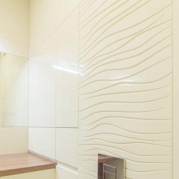 Vonios sienoje įmontuotas baldas