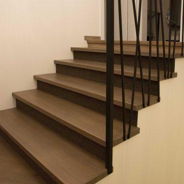 Laiptai su kilimine danga