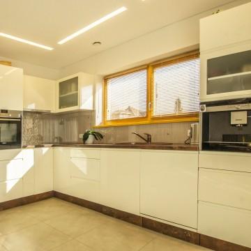 Dažyto poliruoto MDF virtuvė.