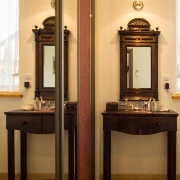 Kosmetikos staliukas projektuotas pagal veidrodį. Gamintojas