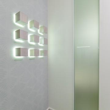 Kubų apšvietimas reaguojanti į žmogaus judesį. Stiklo paketas, kad koridorius gautų dienos švesos iš miegamojo.