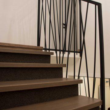 Laiptai su kilimine danga ir metaliniais turėklais
